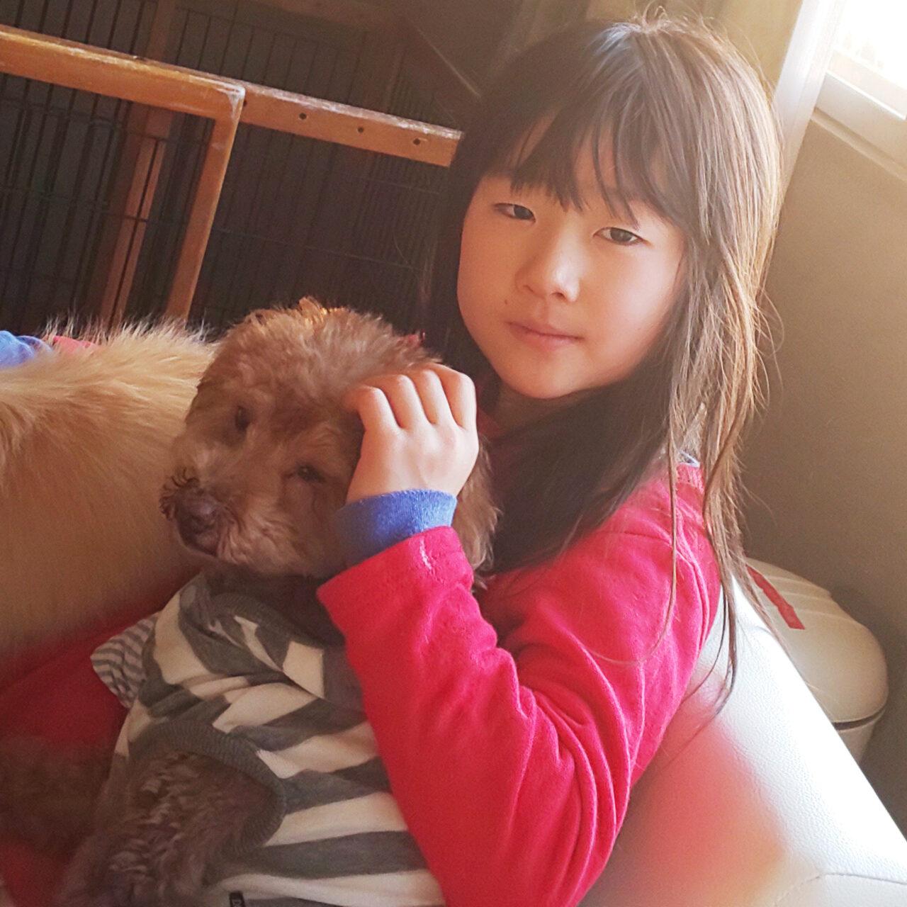 愛犬と一緒に映る小倉美咲