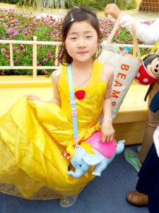 黄色いドレスを着た小倉美咲おぐらみさき ディズニーランドにて撮影