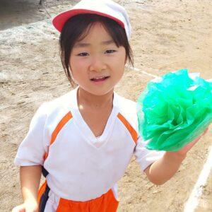 体操服を着てにっこり楽しそうに写る小倉美咲。保育園の運動会。