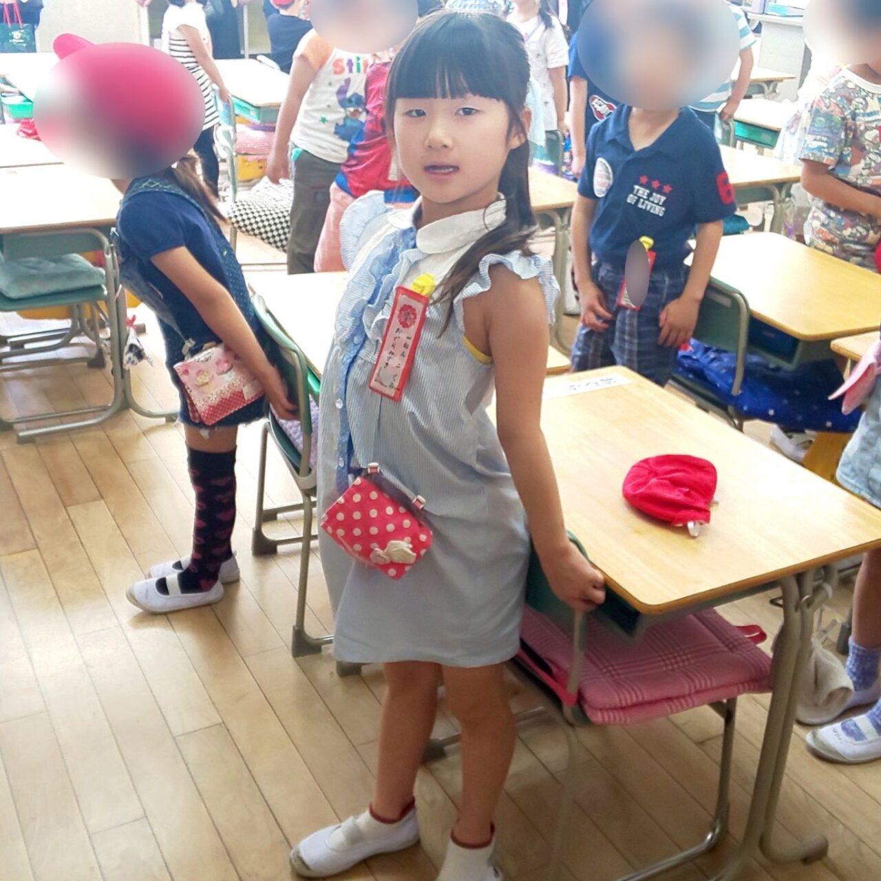 小学校、青のワンピースを着た小倉美咲。